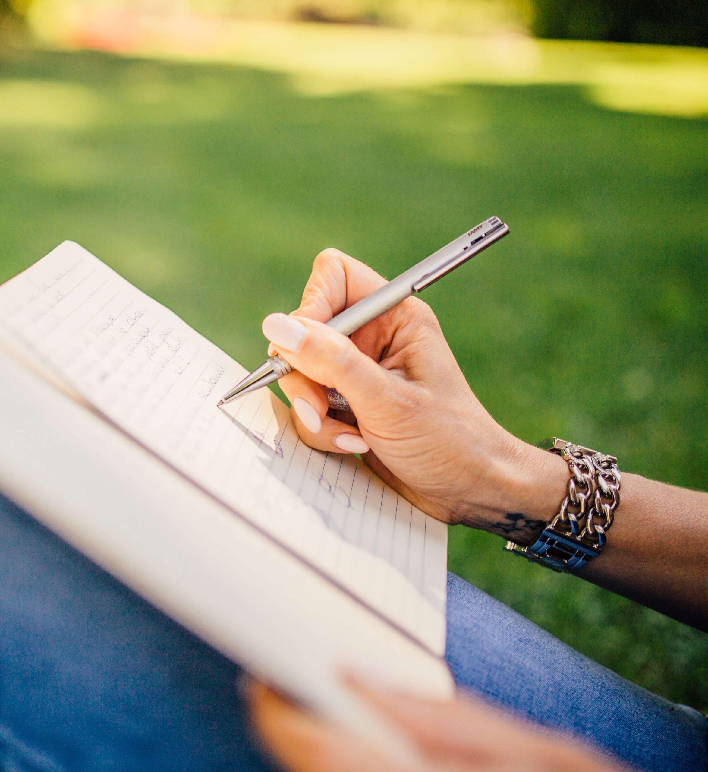 fashion-woman-notebook-pen-34072 (1)